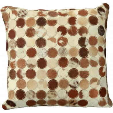 Coussin décoratif scandinave 45x45 cm en peau de vache coloris beige, marron et blanc collection Meehan